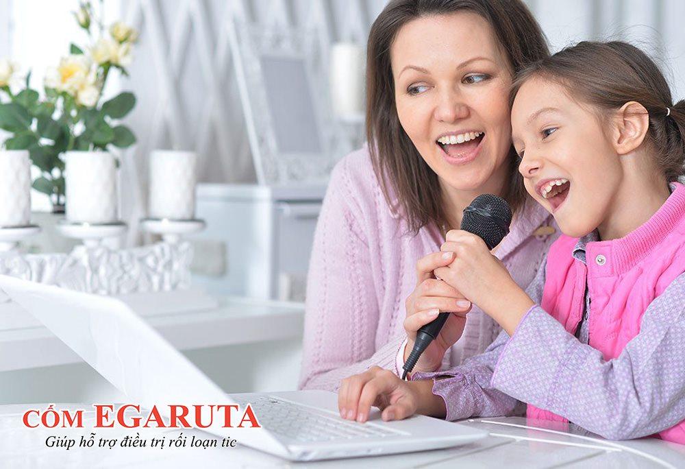 Cha mẹ có thể yêu cầu trẻ hát một câu hát khi thấy một tic hô hấp sắp xảy ra